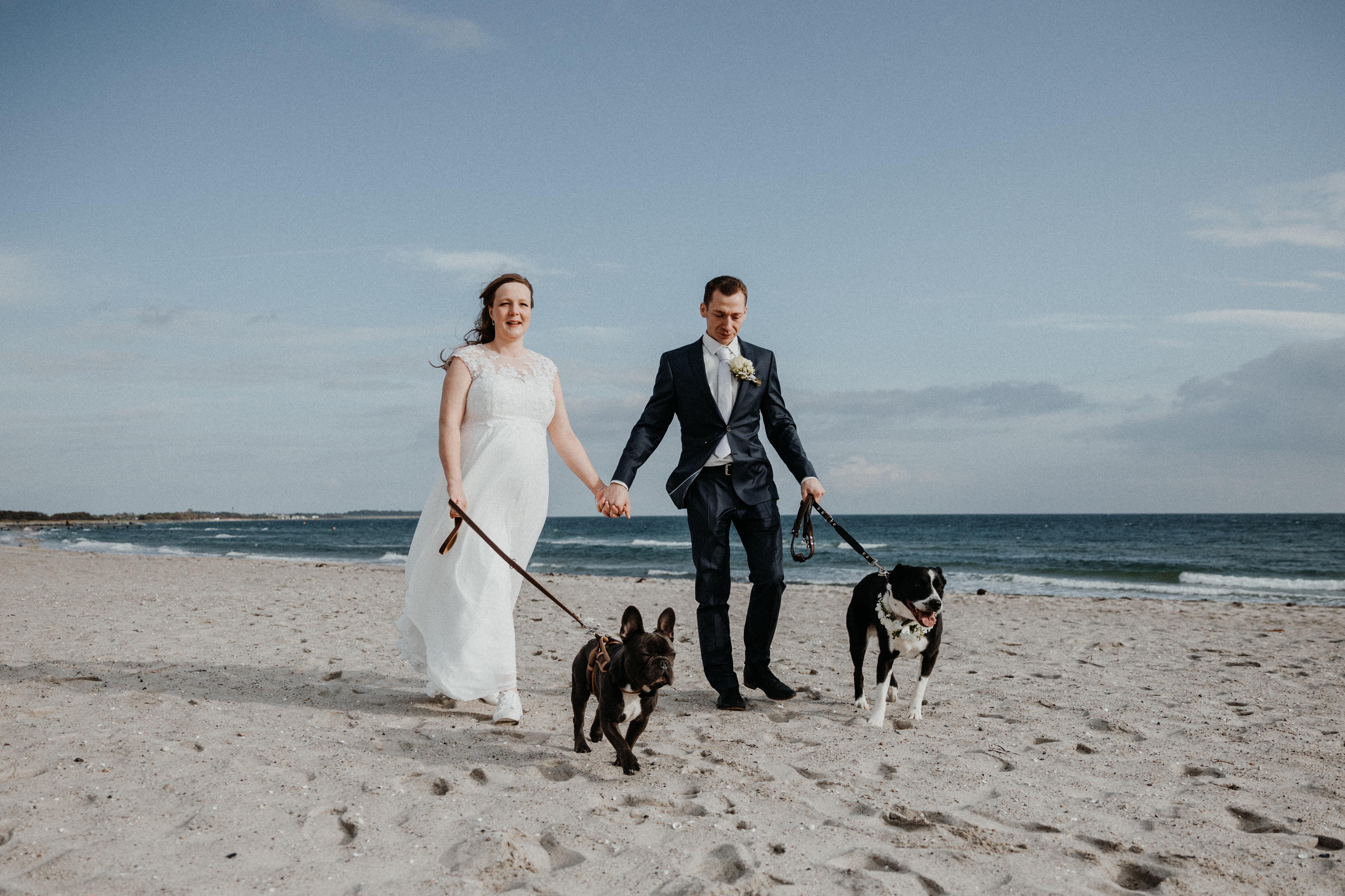 Hochzeit und Trauung im Standesamt auf Fehmarn. Hochzeitsfotograf Christian Boldt aus Stade bei Hamburg. Brautpaarshooting am Strand.